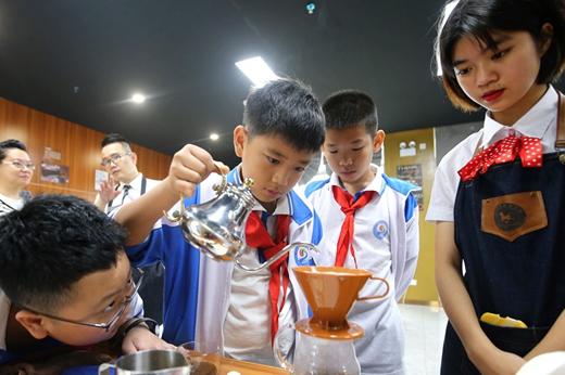"""海口""""劳动和职业启蒙教育""""活动:学生们体验动手制作咖啡"""