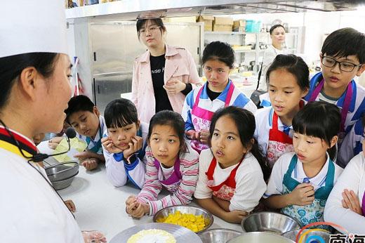 """孩子动手制蛋糕 """"劳动和职业启蒙教育""""活动继续开课"""